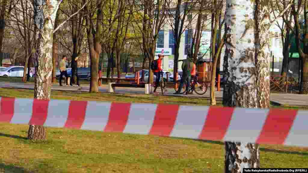 Із 3 квітня в Дніпрі заборонений вхід до парків та зелених зон. За рішенням міської спецкомісії, рекреаційні зони огородили попереджувальними стрічками, але люди продовжують гуляти. Дніпро, 5 квітня 2020 року