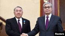 Президент Казахстана Касым-Жомарт Токаев (справа) и экс-президент Нурсултан Назарбаев во время заседания парламента в Астане, 20 марта 2019 года.