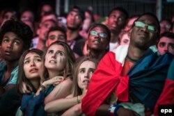 Засмучені французькі вболівальники після поразки їхньої збірної у фіналі «Євро-2016». Париж, 10 липня 2016 року