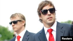 Fernando Alonso i Kimi Raikkonen na memorijalu za Ayrtona Sennu u Imoli, 1. maj 2014.
