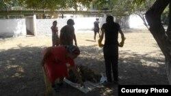 Сотрудницы ташкентского детсада «Камалак» занимаются уборкой территории дошкольного учреждения.