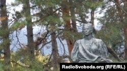 Погруддя Лесі Українки біля музею в Сурамі