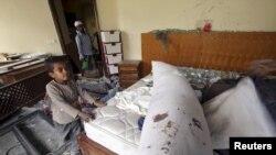 Cаудия башындагы коалициянын авиачабуулунда зыян тарткан үйдө ойноп жаткан йемендик бала. Сана. 27-апрель 2015
