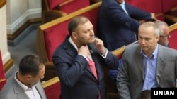 Народний депутат від «Опозиційного блоку» Михайло Добкін знімає з шиї ланцюжок з хрестом у Верховній Раді, 13 липня 2017 року