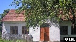 Стара будівля, яка лишається школі в селі Сердиця, 1830 року і уражена грибком