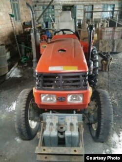 Трактор, на котором Адал Ахмет приехал в Казахстан из Китая.