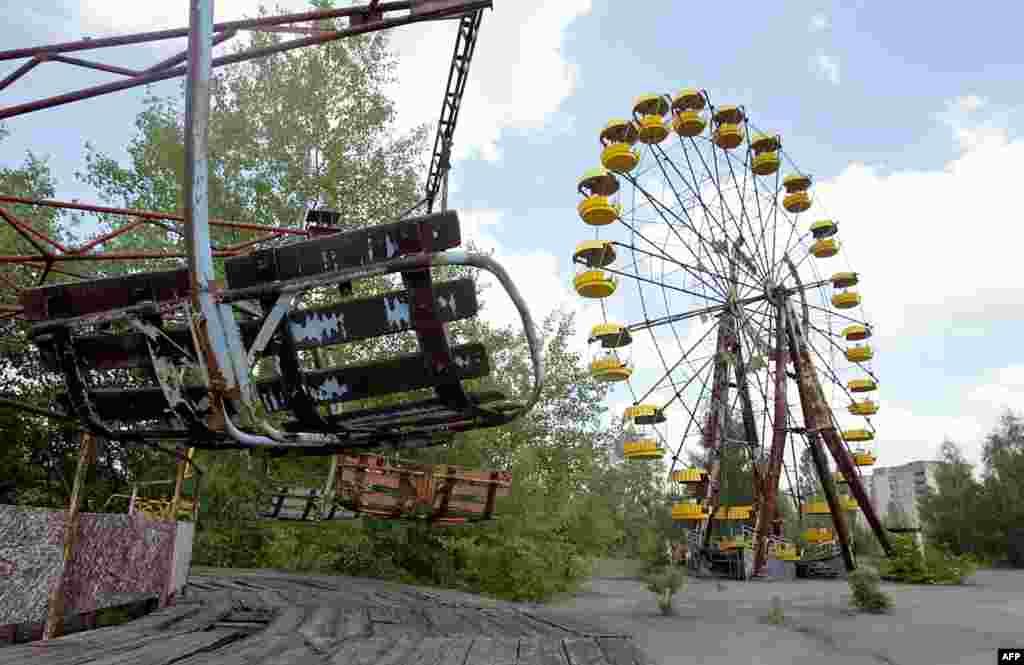 Во многих городах Украины парки развлечений выглядят так же. Однако именно этот не видел посетителей уже несколько десятилетий - он находится на территории города-призрака Припять вблизи Чернобыля. После взрыва на АЭС в 1986 году из Припяти эвакуировали всех жителей. Украинские власти хотели снести город, но из-за того, что это может поднять радиоактивную пыль, проект был упразднен