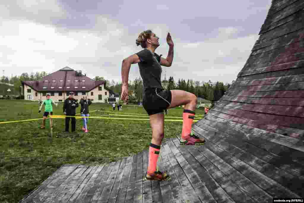 """Это препятствие называется """"взлетная полоса"""". Пользоваться помощью других спортсменов на залезании на рампу категорически запрещено."""