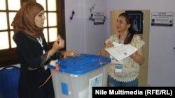 عراقية تقترع في مركز إنتخابي في القاهرة