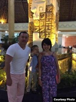 Бакыт с дочерью Аяной и сыном Дэниэлем