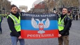 Pe Champs-Élysées, duminică, cu doi protestatari care exhibă cu mândrie steagul… Republicii Populare Donețk, regiunea aceea separatistă din Ucraina care doboară avioane de pasageri. Ocupată militar de Rusia. Nu avem nimic împotriva steagului din Donețk doar că e tare urît.