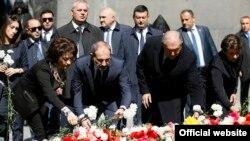 Премьер-министр Армении Никол Пашинян (в центре), его супруга Анна Акопян и президент Армении Армен Саркисян возлагают цветы к Вечному огню в мемориальном комплексе «Цицернакаберд», Ереван, 24 апреля 2019 г.