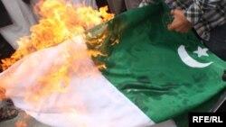 ۲۰۱۳ - کابل: افغانان د پاکستان ضد مظاهره کې د دغه هيواد بيرغ يا جنډه سوځوي