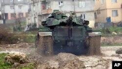 یک تانک ارتش ترکیه در حال عزیمت به سوی مرز این کشور با سوریه.