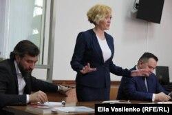 Анастасия Шевченко с адвокатами на суде по мере пресечения