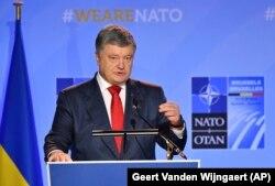 Президент Украины Петр Порошенко во время совместной пресс-конференции с Генеральным секретарем НАТО Йенсом Столтенбергом в штаб-квартире НАТО в Брюсселе