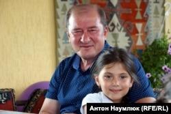 Ільмі Умеров з онучкою