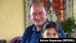 Заместитель главы меджлиса крымскo-татарского народа Ильми Умеров с внучкой.