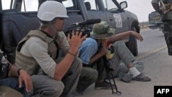 Reporterul american James Foley (stînga), Libia, 29 septembrie, 2011