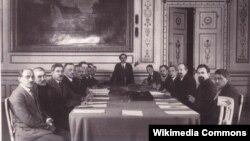 """1921 елда """"Мәскәү килешүен"""" имзалау (архив фотосы)"""