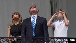 Прэзыдэнт ЗША Дональд Трамп з жонкай Мэланіяй і сынам Бэранам назіраюць за сонечным зацьменьнем у Вашынгтоне