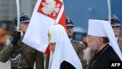 Патриарх Кирилл (слева) в аэропорту польской столицы. 16 августа 2012 года