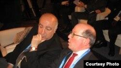 Тедо Джапаридзе (слева) и Джеймс Шерр, руководитель программы по вопросам России и Евразии лондонского Королевского института международных отношений, во время бухарестского саммита НАТО в апреле 2008 г.