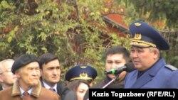 Генерал-майор Нурлан Орманбетов (справа), главнокомандующий силами воздушной обороны Казахстана. Алматы, 12 ноября 2014 года.