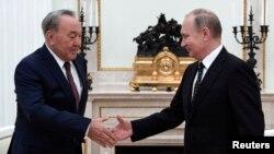 Президент Казахстана Нурсултан Назарбаев и президент России Владимир Путин (архивное фото)
