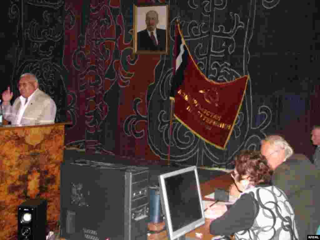 Коммунисттердин шайлоого барганга убактысы да, каражаты да аз экени ачык айтылды. - Kyrgyzstan -Congress of Communist Party To Nominate Its Candidate to Presidential Election. 2May2009