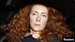 Fosta directoare executivă a News Corporation, Rebekah Brooks după o audiere la tribunalul londonez