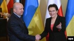 Глава СНБО Украины Александр Турчинов (слева) и премьер-министр Польши Эва Копач. Варшава, 6 марта 2015 года.