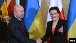 Глава СНБО Украины Александр Турчинов и премьер-министр Польши Эва Копач (Варшава, 6 марта 2015 года)
