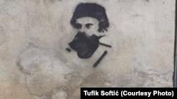 Poruka sa grafita na fotografiji je izostavljena radi uvredljivosti