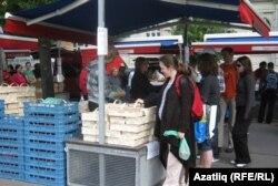 Прага үзәгендәге паркта чәршәмбе һәм шимбә көннәрендә авылларда яшәүчеләр килеп сәүдә итә