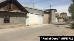 Манзили Ҳикматулло Шарипов дар кӯчаи Қодир Ҳабибӣ 2, маркази шаҳри Ваҳдат, воқеъ будааст