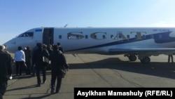 Пассажиры подходят к трапу самолета авиакомпании SCAT. Алматы, 30 октября 2013 года.