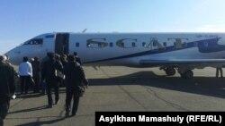 Посадка пассажиров на рейс авиакомпании SCAT. Алматы, 30 октября 2013 года.