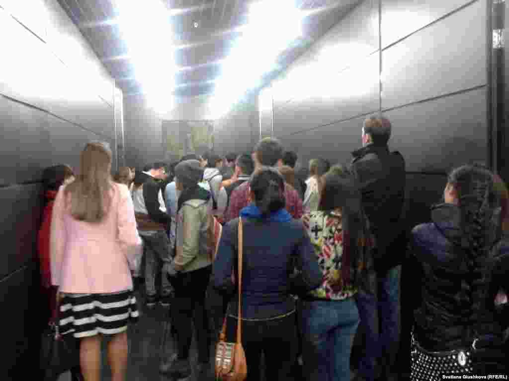 Желающих попасть на выставку было немало. Посетители выстраивались в очередь в ожидании лифта, чтобы подняться на шестой этаж Дворцамира и согласия, где находитсяцентр современного искусства «Куланши», в котором разместилась экспозиция.Администрация здания не разрешила людямподниматься по лестницам.