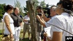 20 жыл мурун болгон окуялардын катышуучулары журналисттердин суроолоруна жооп беришүүдө, Венгрия менен Австриянын чегарасы, 19-август, 2009-жыл
