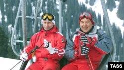 Президент Казахстана Нурсултан Назарбаев (справа) и президент России Владимир Путин на горнолыжном курорте Шымбулак. Март 2002 года.
