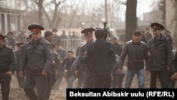 Silâlı quvetler ve Sadir Japarovnıñ apisine qarşı çıqqanlar, Bişkek, Qırğızistan, 25 mart 2017 senesi