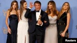 سیلوستر استالونه پس از دریافت جایزه گلدن گلوب در کنار همسر و دخترانش
