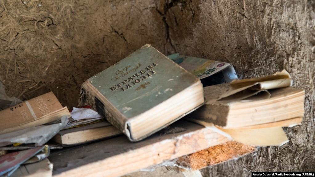 «Втрачені ілюзії» на полиці одного з потрощених снарядами гаражів