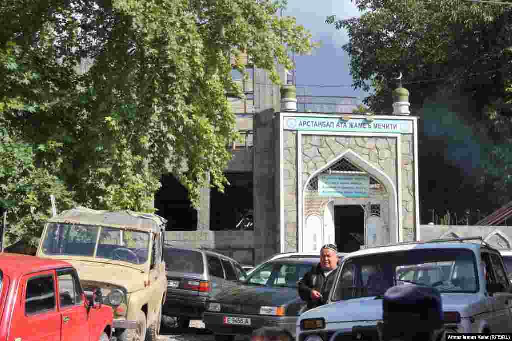 Новая пятничная мечеть у базара в центре села