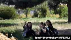 Саябақта отырған Қырғызстан жастары. Көрнекі сурет