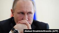 Putin rəsmilərlə görüşdə