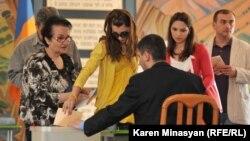 Армения - Голосование на одном из избирательных участков, 6 мая 2012 г.