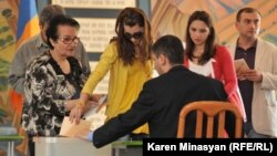 Հայաստան - Մայիսի 6-ի խորհրդարանական ընտրությունների քվեարկությունը Երեւանի ընտրատեղամասերից մեկում