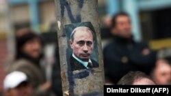 Nalepnica sa likom predsednika Rusije u Severnoj Mitrovici